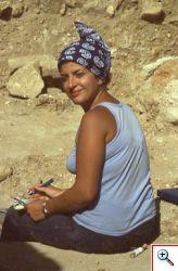 Mozia, campagna 1979. Antonella Spanò a lavoro sul cantiere di scavo. (foto di Sam Wolff, Istituto Orientale dell'Università di Chicago - USA. Archivio Missione Mozia UniPa)